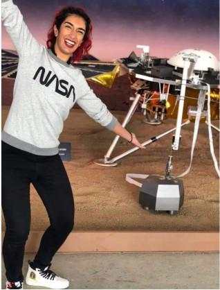 """فتاة تدخل التاريخ بقيادتها مركبة """"ناسا"""" إلى المريخ"""
