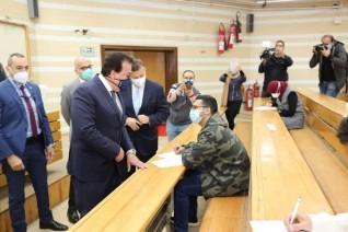 وزير التعليم العالي يتابع انتظام لجان الامتحانات واستئناف بجامعتي القاهرة وعين شمس