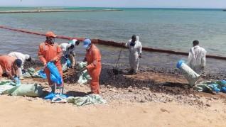 وزيرة البيئة تتابع أعمال مكافحة التلوث الزيتى  شمال مدينة الغردقة