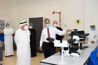 زكي نسيبة يطلع على المبنى الجديد لمختبرات الطب البيطري بجامعة الإمارات