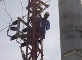 إطلاق التيار الكهربائى بالكابلات الأرضية أمام مدخل مدينة كلابشة أسوان