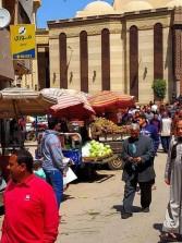 أهالي دمنهور يستغيثون من الباعة الجائلين حول المسجد