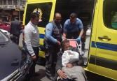 التدخل السريع ينقذ مسن مريض بلا مأوى يتألم بالشارع وينقله مستشفى