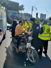 راعي كنيسة الروم يوزع حلوى المولد النبوى على افراد الشرطة والمواطنين بدمياط